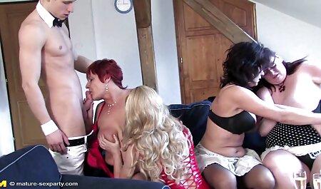 Offen baumelnder Ebenholzfuß im College-Faceshot - Füße hd sexfilm 38