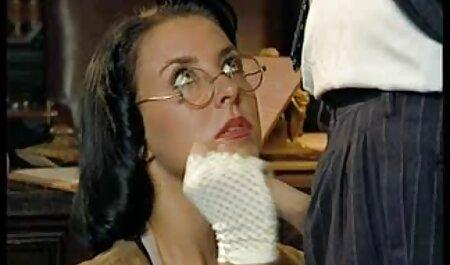 Die vollbusige Brünette deutschsprachige pornos in hd MILF bringt der jungen Brünette bei, wie man einen großen Dildo nimmt